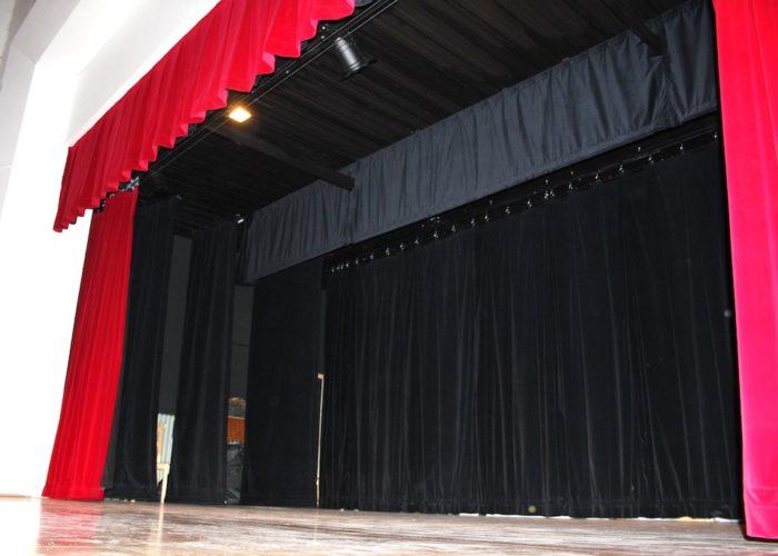 divadlení opona, horizonty, šály pro malou obec Mikulovice 9