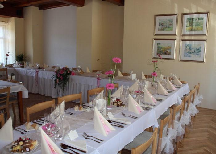 svatební ubrusy a rautové sukně pro hotel Rudka 4